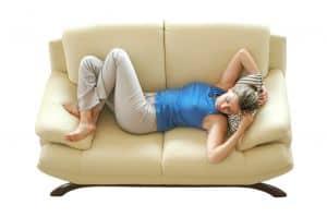 Eines der besten Magenkrampf Hausmittel ist Ruhe und Schlafen.