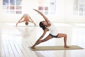 Bewegung wie Yoga hilft Krampfaderleiden natürlich zu behandeln
