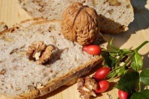 Das Essen von ballaststoffreichen Lebensmitteln hilft bei Sodbrennen