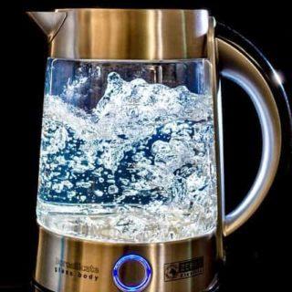 Ein Wasserkocher kann mit einfachen Hausmittel schnell entkalkt werden