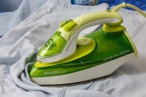 Ein angebranntes oder verklebtes Bügeleisen kann mit Hausmittel schnell gereinigt werden