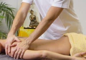 Eine Massage zur natürlichen Behandlung von Schmerzen in der Schulter