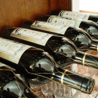 Etiketten von Weinflaschen zu entfernen ist mit den richtigen Tipps kein Problem