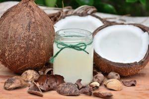 Hausmittel gegen blutendes Zahnfleisch: Ölziehen mit Kokosöl