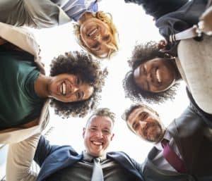 Lachtheraphie oder Lachyoga kann man alleine und in Gruppe machen