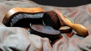 Lederschuhe sollten nach der Reinigung mit einer Bürste und Schuhcreme versiegelt werden