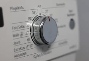 Mit heißem Wasser und einem guten Entkalker lassen sich Kalkablagerungen aus der Waschmaschine entfernen