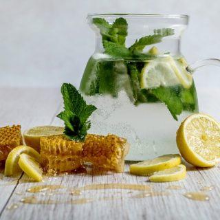 Wasser mit Zitronensaft fördert natürlich die Fettverbrennung