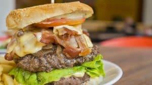Wer zu hohes Cholesterin natürlich senken möchte muss auf sehr fetthaltige Lebensmittel verzichten