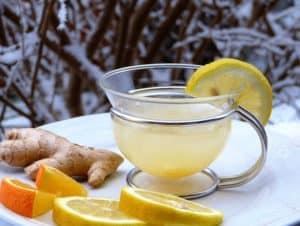 Zitronenwasser mit Ingwer ist gesund und schmeckt erfrischend
