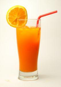 Als natürliches Hausmittel gegen Blutarmut helfen Fruchtsäfte und eisenhaltige Smoothies