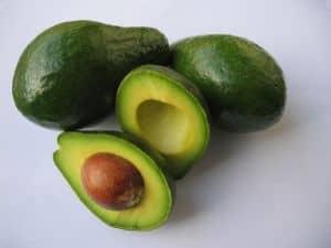 Avocados bekämpfen als natürliches Hausmittel gespaltene Haarspitzen und sorgen für ein gesundes Haarwachstum.