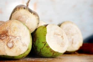 Bei Bluthochdruck hilft Kokosnusswasser als natürliches Hausmittel.