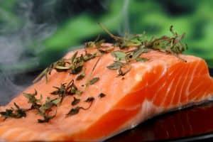 Ein leckeres Hausmittel um kalte Hände wieder warm zu machen ist Lachs mit Omega 3 Fettsäuren