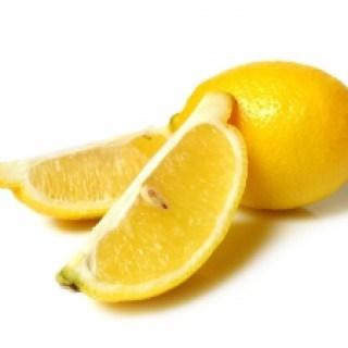 Ein schnelles Hausmittel bei Übelkeit und Brechreiz ist Zitronensaft für frischen Geschmack im Mund