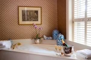 Ein warmes Bad gegen kalte Hände wirkt schnell und ist ein gutes Hausmittel