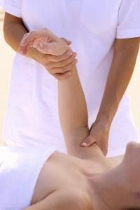 Eine heilsame Massage mit wirksamen Hausmittel gegen Arthritis hilft gegen Schmerzen Gelenken wie Finger oder Knie