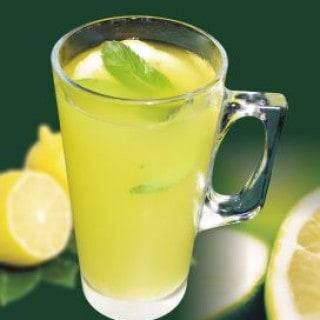 Eine heiße Zitrone behandelt eine Erkältung natürlich und hilft auch um Erkältungen vorzubeugen