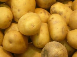 Eine saftige Kartoffelscheibe behandelt natürlich ein blaues Auge und hilft, es schnell wieder loszuwerden