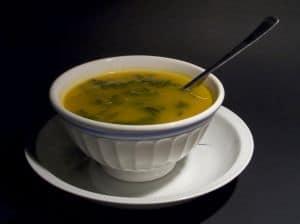 Eine warme Suppe ist ein gutes Hausmittel gegen Halsweh in der Schwangerschaft