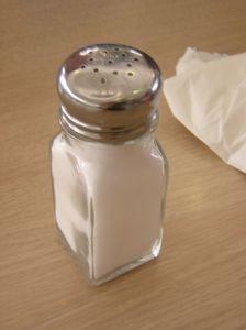 Gegen Schnupfen hilft als Hausmittel eine Nasenspülung mit Salzwasser