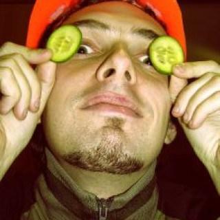 Geschwollene Augen lassen sich mit Gurkenscheiben als einfaches Hausmittel behandeln.