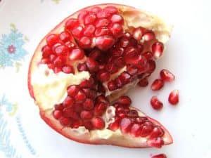 Granatapfelsaft ist ein gutes Hausmittel bei Halsschmerzen.