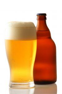 Kaputte und splitternde Fingernägel können mit dem alten Hausmittel Bier geheilt werden
