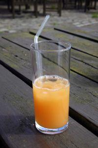 Manche Getränke besser mit einem Strohhalm trinken beugt gelben Zähnen vor.