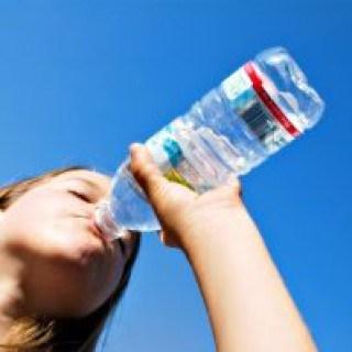 Mehrere Schlucke kaltes Wasser trinken ist ein einfaches Schluckauf Hausmittel um Hicksen schnell loszuwerden