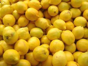 Mit den Hausmittel Fruchtsäurepeeling aus Zitronensaft lassen sich Pickelmale im Gesicht entfernen