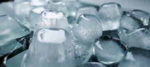 Mit Eiswürfeln können die Schmerzen bei Herpes genitalis schnell gelindert werden