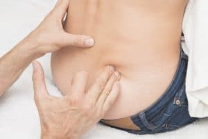 Mit Massage und Akkupressur kann man Nervenschmerzen im unteren Rücken und den Beinen behandeln