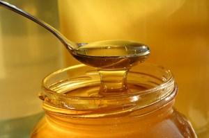 Mit Omas altem Hausmittel Honig kaputte Lippen reparieren