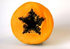 Papaya als natürliches Hausmittel gegen Magenschleimhautentzündung