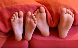 Wieder richtig durchschlafen können - mit natürlichen Hausmitteln das Schnarchen einfach behandeln.