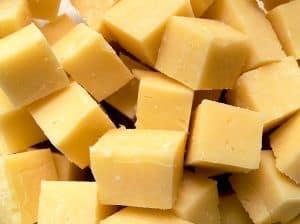 Zahnstein mit Käse vorbeugen