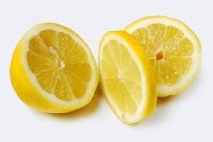 Zitronenscheiben sind ein einfaches Spinnenmittel um das Haus frei von Schädlingen zu halten