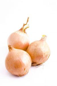 Zwiebelschalen sind Omas altes und wirksames Hausmittel zur alternativen Behandlung von Krätze